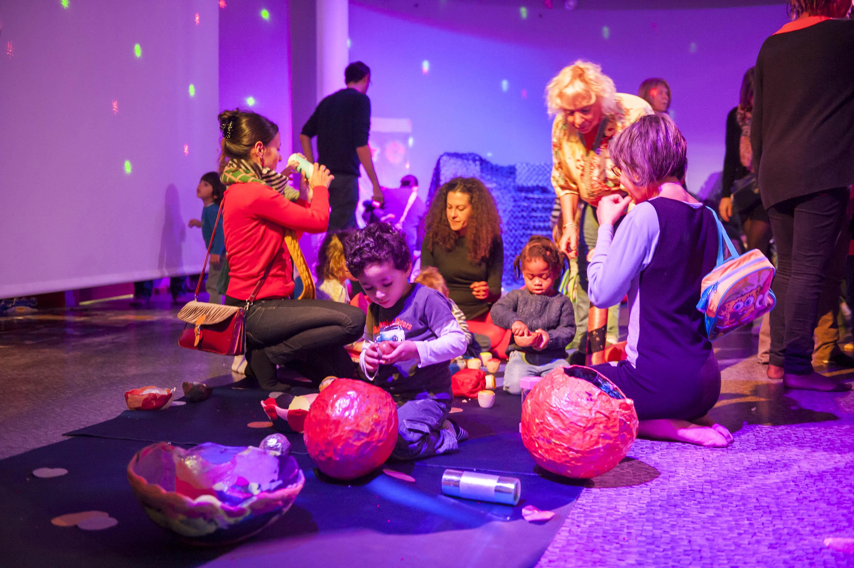 30/10/2015 - Planetarium - Vaulx en Velin - Rhone - France - Le ciel des tout-petits, seance sensibilisation, eveil decouverte de l'espace pour les touts petits -  Photo Thierry Chassepoux